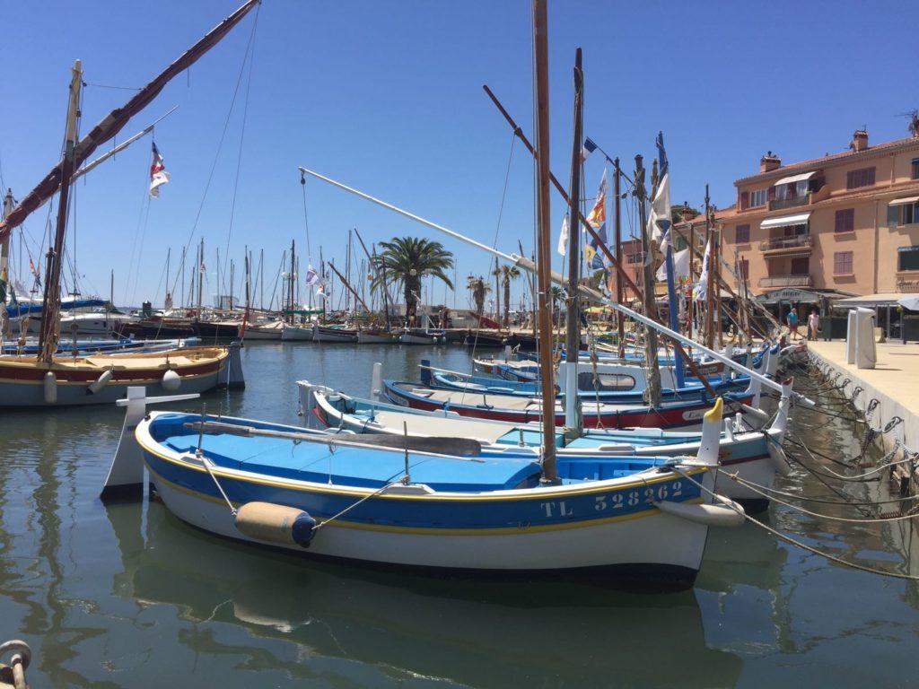 Slenterne door Sanary-sur-Mer haven bootjes