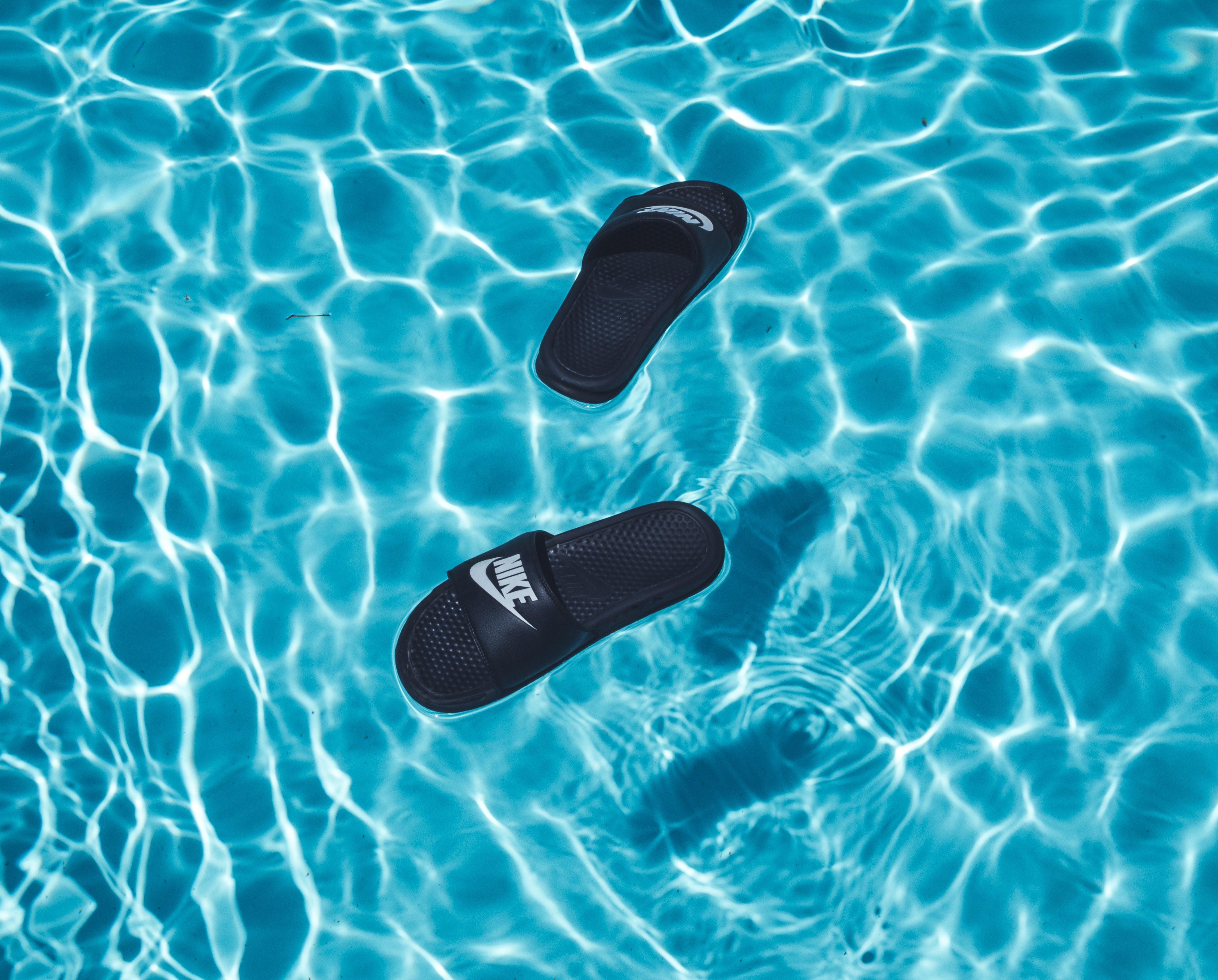 Slippers in het zwembad